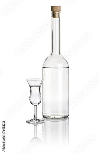 Keuken foto achterwand Alcohol Spirituosenflasche und hohes Klechglas mit klarer Flüssigkeit