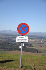 Verkehrszeichen am Abgrund