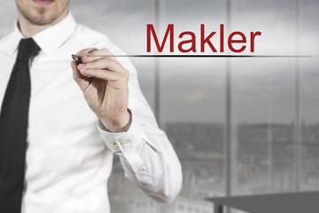 Geschäftsmann in Büro schreibt Makler in die Luft