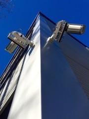Überwachungskameras an Bürogebäude