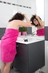 Femme souriante face a son image dans le miroir