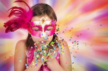 Mädchen mit Augenmaske im Fasching