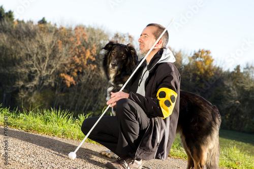 Blindenhund passt auf - 76072631