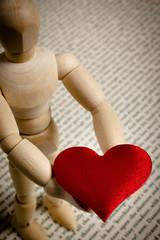 manichino mostra un cuore rosso
