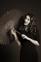 Девушка старинный зонтик ретро задумчива