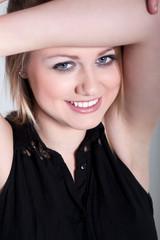 Junge hübsche Frau lächelt süß und verspielt