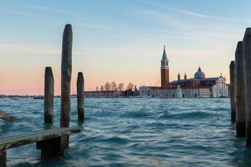 Venezia al tramonto con attracchi gondola