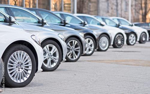 Leinwanddruck Bild Autos stehen zum Verkauf