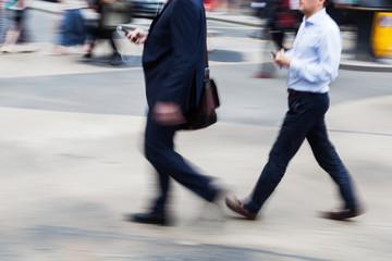 Geschäftsmänner auf der Straße in Bewegungsunschärfe