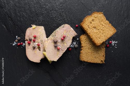Papiers peints Entree, salade Tranche de Foie gras sur Ardoise