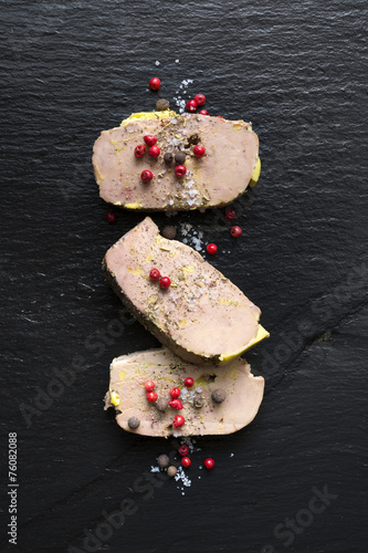 Foto op Plexiglas Voorgerecht Tranche de Foie gras sur Ardoise
