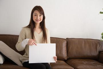 メッセージボードを持つ女性