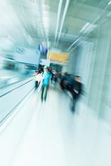Menschen am Flughafen mit kreativem Zoom-Effekt