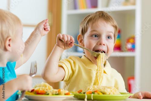 kids eating in kindergarten - 76084249