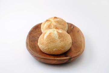 お皿にのせた ドイツのパン カイザーセンメル 白背景