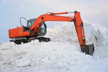 雪山と油圧ショベル