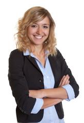 Selbstbewusste Frau mit blonden Locken und Blazer