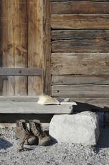 Deutschland, Ammersee, Buch auf Holz Hütte mit Wanderschuhe