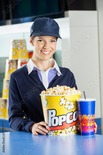 Keuken foto achterwand Boodschappen Happy Worker With Popcorn And Drink At Concession Counter