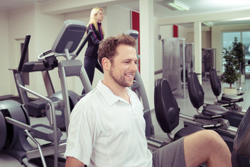 zwei personen trainieren im fitness-studio
