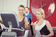 frau trainiert im fitness-studio mit einer trainerin