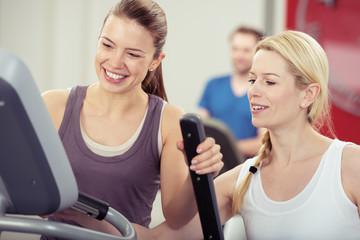 fitness-trainerin unterstützt eine sportlerin