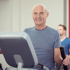älterer mann hält sich fit