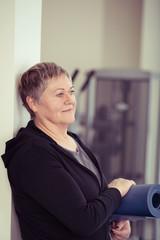 ältere frau besucht einen fitness-kurs im studio