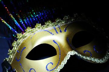 Bellissima maschera di Carnevale su sfondo nero