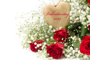 rote Rosen mit Schleierkraut und Holzherz zum Valentinstag