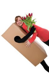 Konzept: Paketdienst und Frau mit Blumenstrauß
