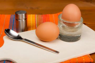 2 Eier auf einem Holzbrett.