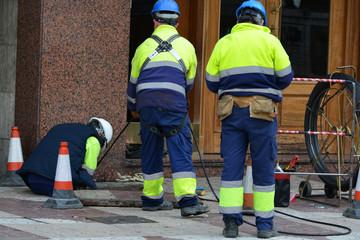 obreros trabajando en la calle