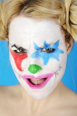 Clown mit bunter Schminke schaut böse