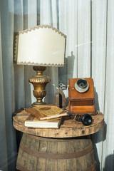 Esposizione oggetti antichi telefono e libri, vintage