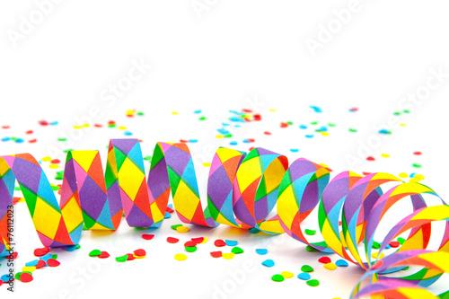 Leinwandbild Motiv Konfetti und Luftschlangen vor weißem Hintergrund