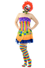 Clown in buntem Kleid trägt Horrormaske