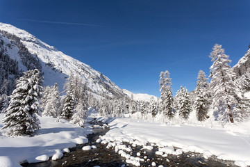 paesaggio invernale con torrente