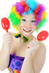 Clown macht Musik mit Rasseln