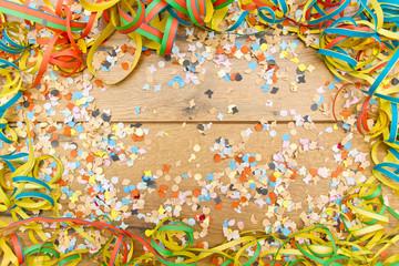 Party Hintergrund mit Konfetti und Luftschlangen