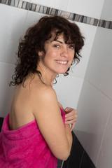 Femme dans sa douche le matin souriante