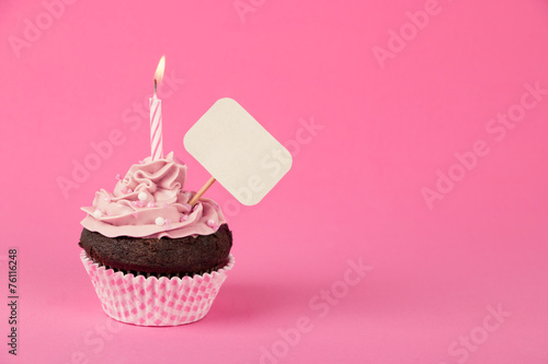Staande foto Snoepjes Pink birthday cupcake with placard