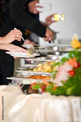 Leinwandbild Motiv Selbstbedienung am Speisebuffet