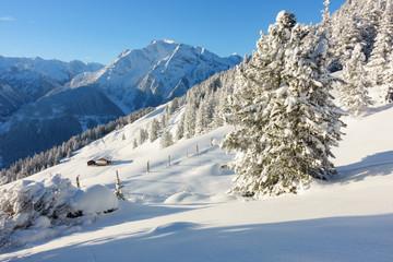 Schihütten in einer Winteridylle