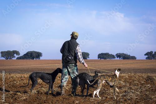 Cazadores con sus perros cazando - 76129483