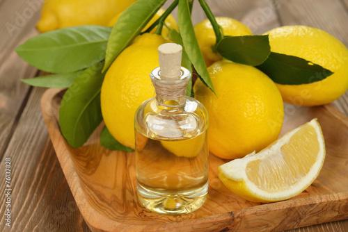Leinwanddruck Bild Lemon essential oil
