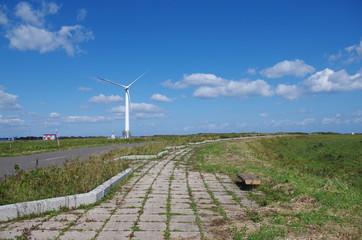 風車と田舎道