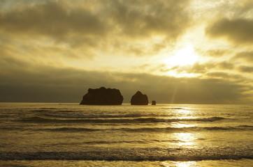 夕暮れの海と岩