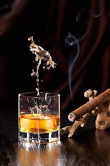 Gefallene Eiswürfel verursachen einen Splash im Whiskyglas