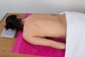 Dos nu de femme sur table de massage